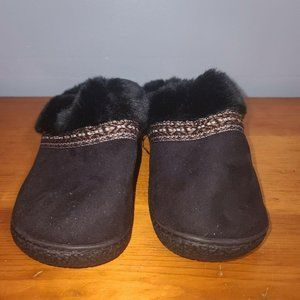 Womens Black fuzzy Isotoner Slippers - Size 7.5-8